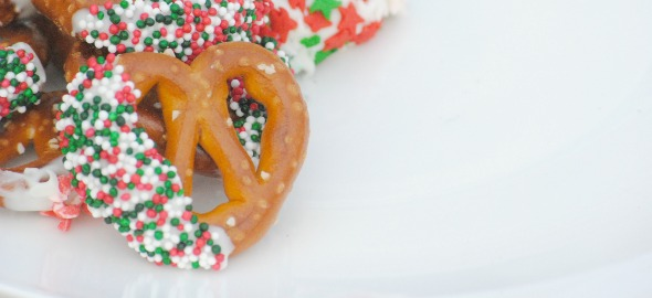 Easy Chocolate Dipped Pretzel Recipe {DIY Holiday gift, Christmas party food}