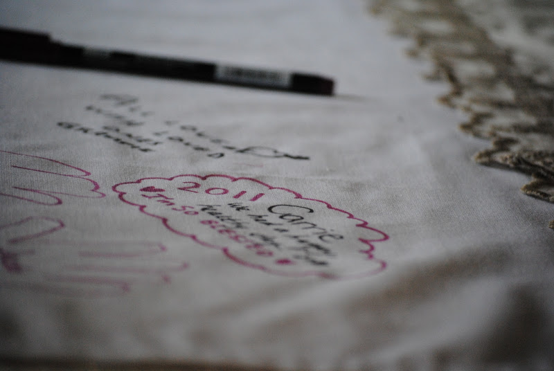 Thanksgiving Ideas: Use a plain white tablecloth to write names of guests