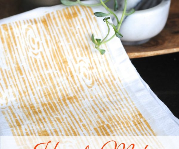How to Add a Woodgrain Pattern to Fabric- so easy! Make these faux bois tea towels for simple DIY kitchen decor www.makinglemonadeblog.com