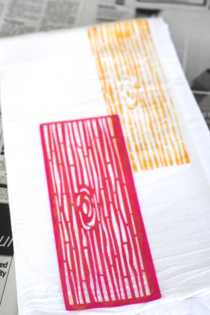 How to Add a Woodgrain Pattern to Fabric- so easy! Make these faux bois tea towels for simple DIY kitchen decor. www.makinglemonadeblog.com