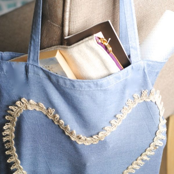 Great Mother's Day Handmade Gift Idea: Hand-Dyed Embellished Tote Bag! #giftidea #mothersday via www.makinglemonadeblog.com