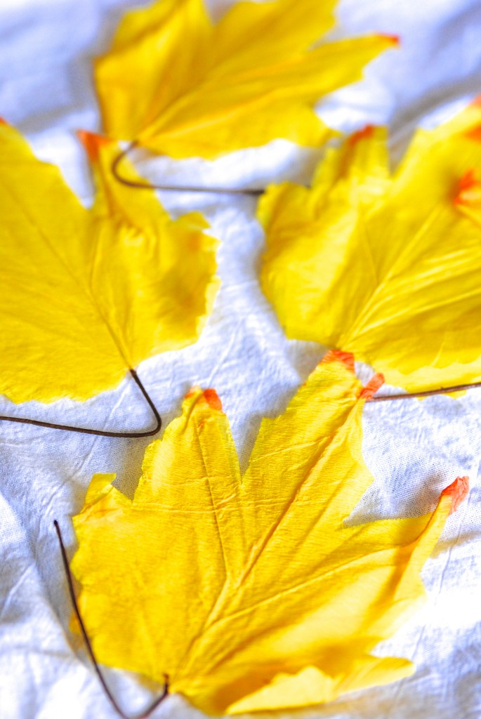 Make this reusable fall leaf garland for just $1! LOVE fall decor that's pretty AND budget-friendly!