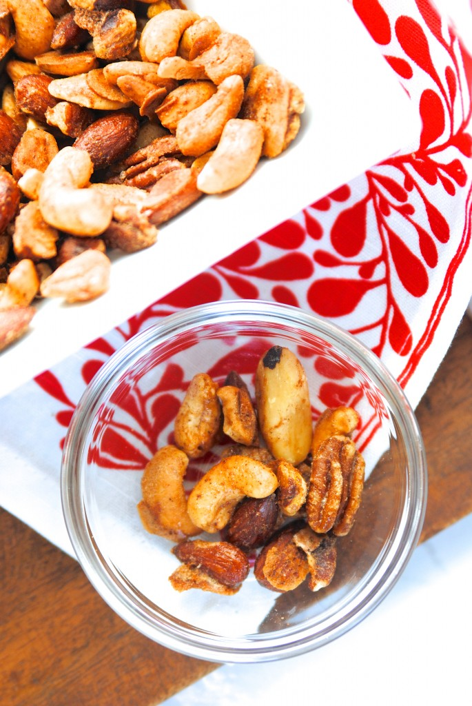 These pumpkin spice mixed nuts look so good! Make a big batch for parties or put in mason jars for gifts! (easy spiced nuts recipe)