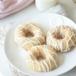 The kids are going to love this: banana bread donuts! A healthier version of the classic with a twist. YUM!