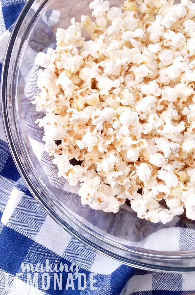 These easy popcorn toppings recipes look SO good: spicy sriracha, white chocolate with sprinkles, and salt and vinegar-- YUM!