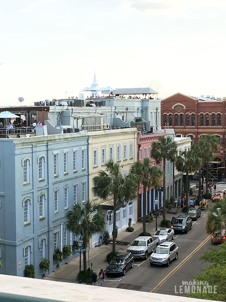 FINALLY, the ULTIMATE guide to visiting Charleston, South Carolina for girls' weekends, romantic vacations, and enjoying it with kids! This insider's guide shares the best places to eat, drink, see, shop, and things do while visiting Charleston whether it's your first or tenth time.
