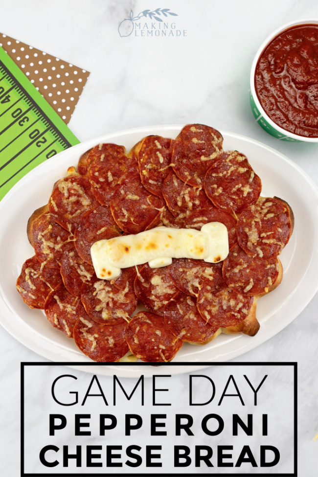 This Game-Day Pull-Apart Pepperoni Cheese Bread is a HUGE crowd-pleaser on game day! #recipe #football #pullapartbread