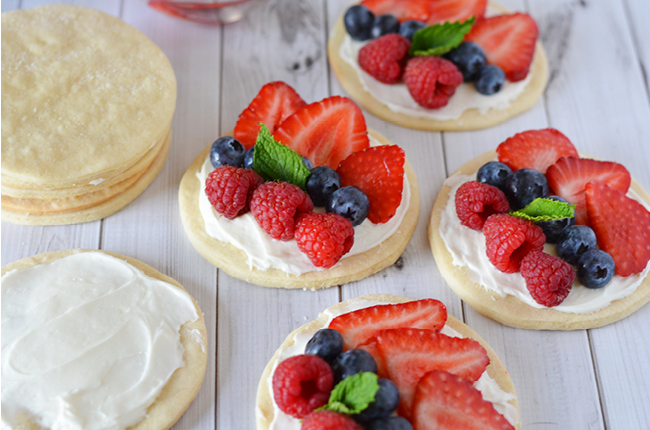 Mini Patriotic Fruit Pizzas from Craft Create Cooke